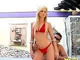 Blondes Sexluder geht am Swimming Pool ab