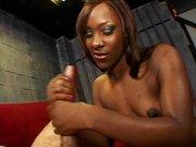 Heiße Ebony Tussi beim Handjob
