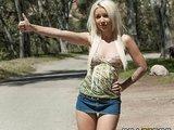 Süße Blondine am Straßenrand aufgegabelt und im Auto gepoppt